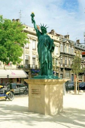 La fontaine et la Statue de la Liberté